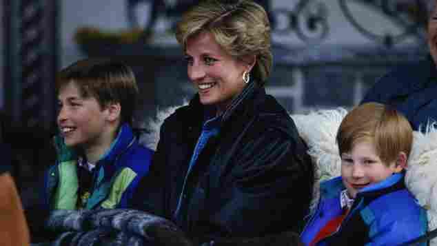 Prinz William, Lady Diana und Prinz Harry 1993 im Skiurlaub in Lech