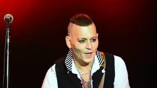 Beim Konzert seiner Band The Hollywood Vampires in Moskau sieht Johnny Depp krank aus