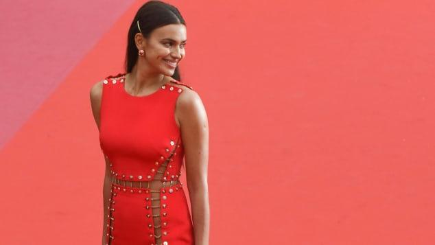 Irina Shayk überzeugt in Cannes mit einem Traum aus Rot
