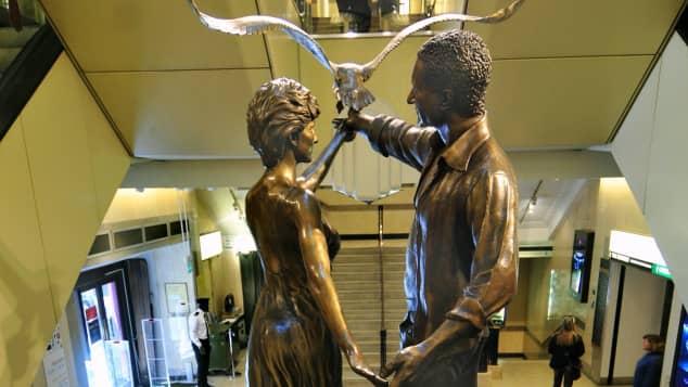 Statue von Lady Diana und Dodi al-Fayed im Einkaufszentrum Harrods, in London