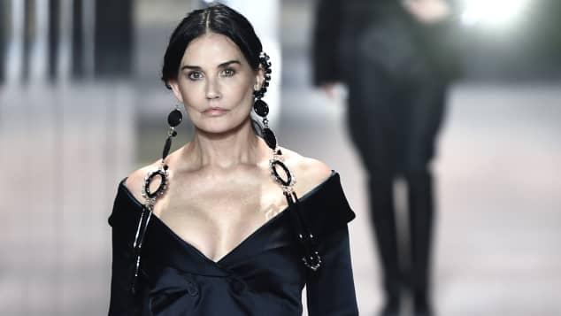 Demi Moore sieht bei der Pariser Fashion Week 2021 total verändert aus