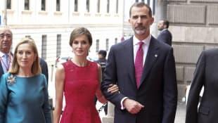 königin letizia könig felipe 2017 kleid rot carolina herrera