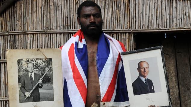 Ein Mitglied des Stammes des Dorfes Yaohnanen auf der Vanuatu-Insel Tanna im Südpazifik mit Bildern von Prinz Philip