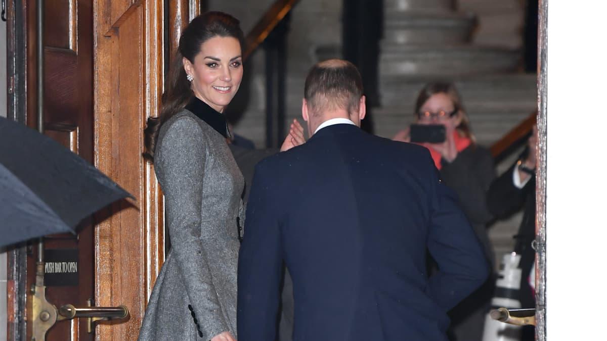 Oh je! Prinz Williams unglückliche Modepanne an einem ernsten Tag