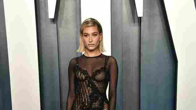 Hailey Baldwin bei der 2020 Vanity Fair Oscar Party am 9. Februar 2020