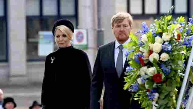 Königin Máxima und König Willem-Alexander bei der Kranzniederlegung am Denkmal des Zweiten Weltkrieges Denkmal in Amsterdam am 04. Mai 2021