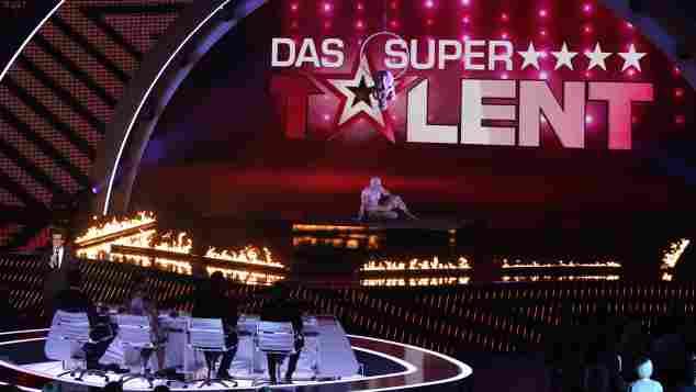 """Der Auftritt """"La Vision"""" on Partner während der ersten live Show von """"Das Supertalent"""" am 30. November 2013"""