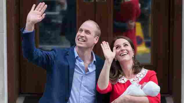 Prinz William und Herzogin Kate mit ihrem neugeborenen Baby Prinz Louis vor dem Krankenhaus