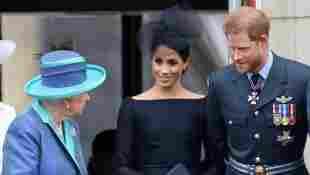 Königin Elisabeth II., Herzogin Meghan und Prinz Harry am 10. Juli 2018 im Buckingham Palace