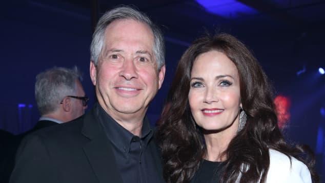 Robert A. Altman und Lynda Carter