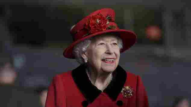 Königin Elisabeth II. bei einem Besuch der HMS Queen Elizabeth in Portsmouth am 22. Mai 2021