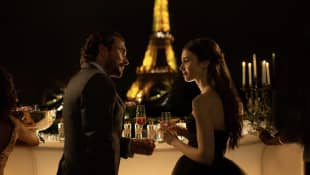 """Emily in Paris"": William Abadie und Lily Collins"