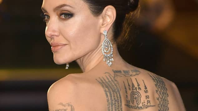 angelina jolie das bedeuten ihre tattoos. Black Bedroom Furniture Sets. Home Design Ideas