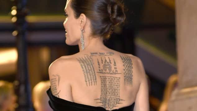 Angelina Jolie Rücken-Tattoos sind ein echter Blickfang
