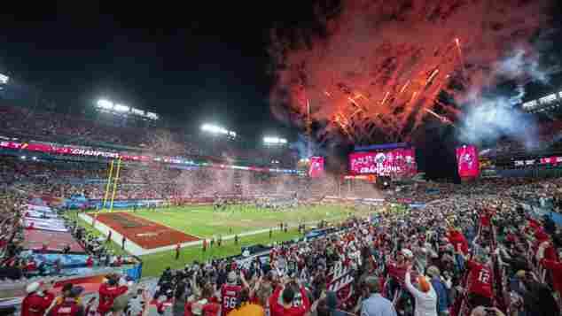 Die Fans der Tampa Bay Buccaneers feiern den Sieg im Super Bowl LV 2021