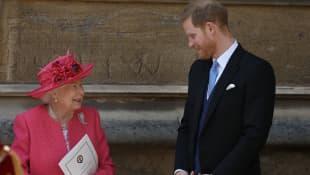 Königin Elisabeth II. und Prinz Harry