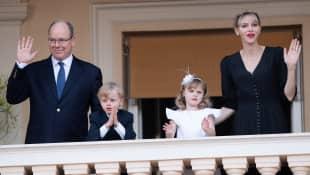 Fürst Albert mit Fürstin Charlène und den Zwillingen