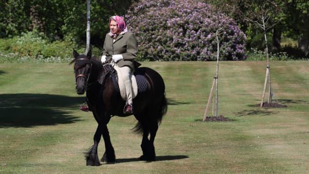 Königin Elisabeth II. mit dem Fell-Pony Balmoral Fern in der Parkanlage von Schloss Windsor