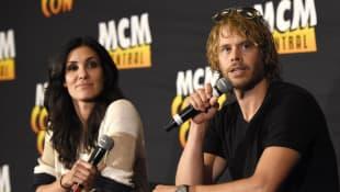 Eric Christian Olsen und Daniela Ruah
