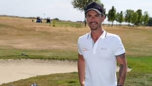 Florian Silbereisen zeigt seine Tattoos beim Golfen
