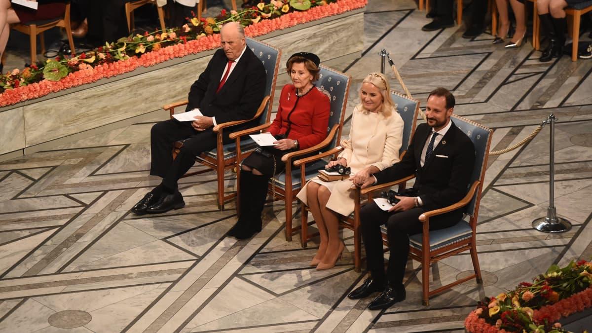 Liebevolle Geste: Mette-Marit & Haakon halten Händchen bei Nobelpreisverleihung