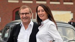 Tagesschau-Chefsprecher Jan Hofer und mit seiner Ehefrau Phong Lan Hofer als Beifahrerin in ihrem Mercedes Benz 220s