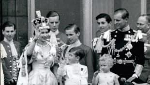 Königin Elisabeth II. mit Prinz Philip und den Kindern Prinz Charles und Prinzessin Anne