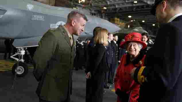 Königin Elisabeth II. gut gelaunt britische Marine