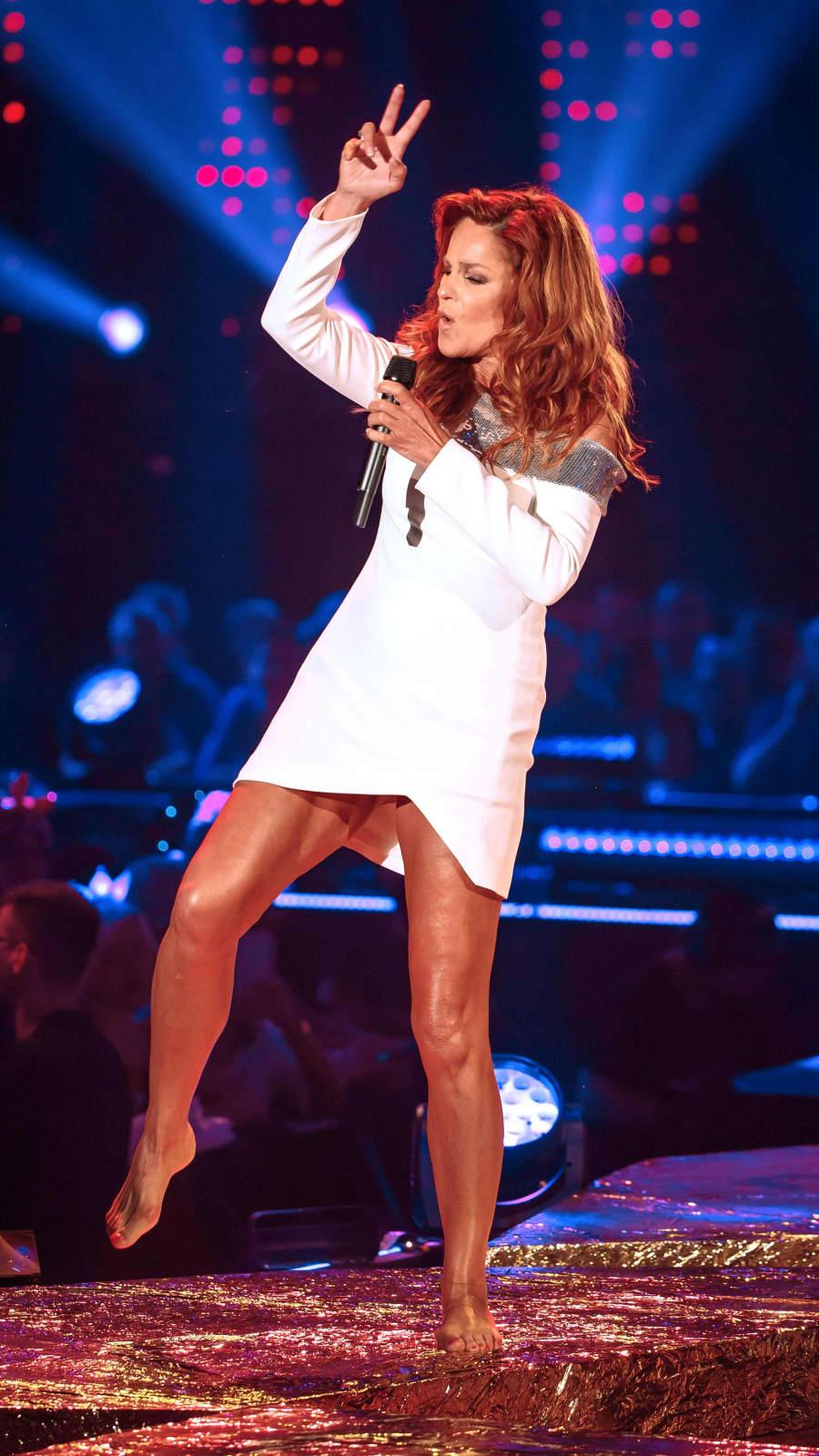 Andrea Berg im knappen Minikleid und barfuß auf der Bühne