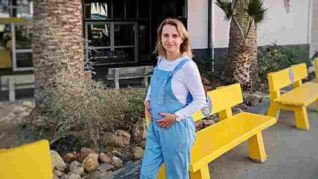 Anna Heiser zeigt ihren Babybauch