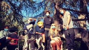 Heidi Klum beim Spaziergang mit ihren vier Kindern Leni, Lou, Henry, Johann und Mann Tom Kaulitz auf Instagram 2020