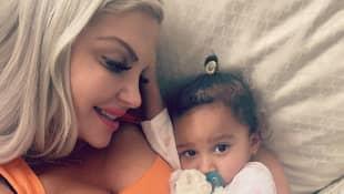 Sophia Vegas mit ihrer kleinen Tochter
