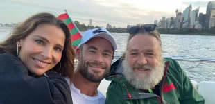 Russell Crowe mit seinem Schauspielkollegen Chris Hemsworth und dessen Frau Elsa Pataky auf Instagram Ende März 2021