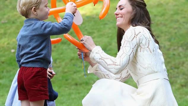 Prinz George und Herzogin Catherine spielen mit einem Luftballon