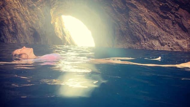 Heidi Klum in einer Grotte