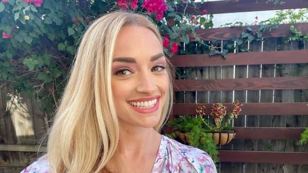 Brianne Howey auf Instagram mit blonden Haaren