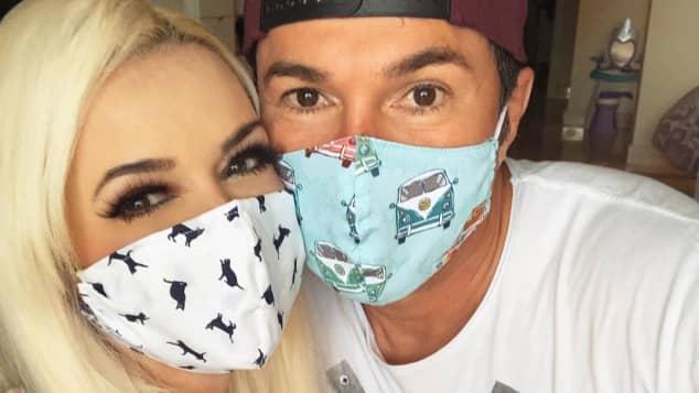 Daniela Katzenberger und Lucas Cordalis tragen einen Mundschutz