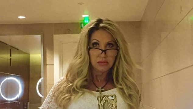 Carmen Geiss mit strenger Brille