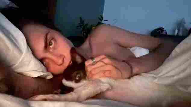 Cara Delevingne nackt im Bett mit Hund auf Instagram