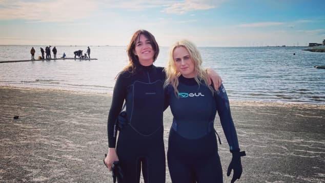 """Charlotte Gainsbourg und Rebel Wilson im Wetsuit beim Dreh zu """"The Almond and the Seahorse"""""""
