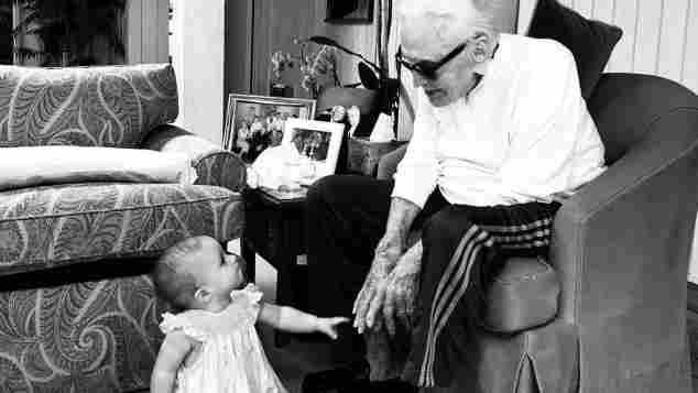 Kirk Douglas mit seiner Urenkelin