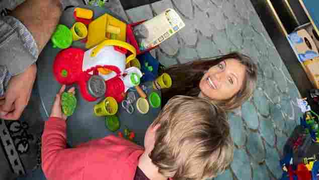 Cathy Hummels und Mats Hummels beim Spielen mit Sohn Ludwig auf Instagram