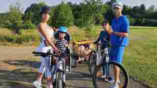 Cristiano Ronaldo und Georgina Rodriguez mit ihren Kindern bei einem Fahrradausflug