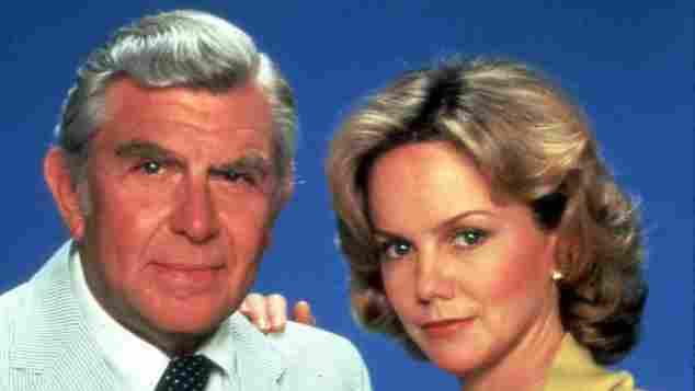 """Andy Griffith als """"Ben Matlock"""" und Linda Purl als """"Charlene Matlock"""" in der Serie """"Matlock""""."""