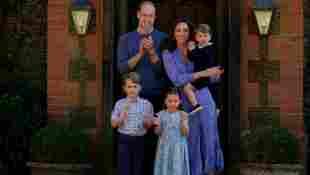 Prinz William, Herzogin Kate, Prinz George, Prinzessin Charlotte und Prinz Louis klatschen für das Pflegepersonal
