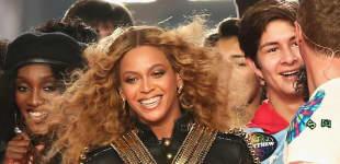 Beyoncé Knowles mit cooler Bikerjacke beim Super Bowl 2016