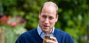 Prinz William schnappt sich ein Bier während des Besuchs, um die Wiedereröffnung der britischen Pubs zu markieren