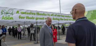 Prinz Charles und der Asda-Mitarbeiter