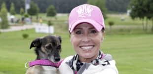 Sonja Zietlow 2014 beim Golf mit ihrem Hund