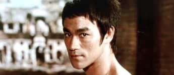 Bruce Lee zeigt seinen durchtrainierten Körper